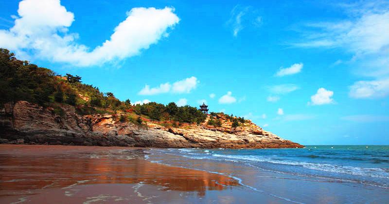 风景秀丽的北崮山和中国第一拦海大堤,东临全国八大港口之一的连云港